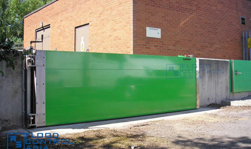 A genuine industrial floodgate, the lift-hinged type can protect big perimeters that contain crucial structures like factories and warehouses.